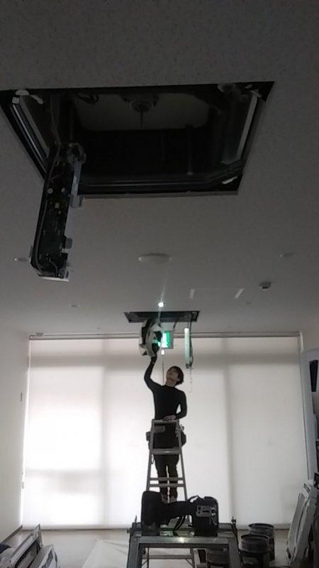 大変エアコンの洗浄作業が込み合っております。