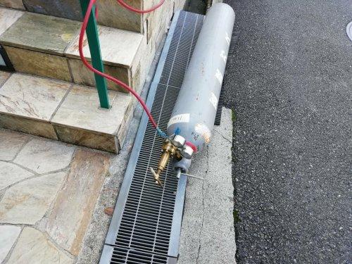 エアコンのガス漏れ調査と冷媒配管の溶接工事